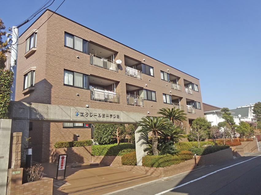 山野小学校・砧中学校の学区にある閑静な住宅街。タイル張りの低層マンション。