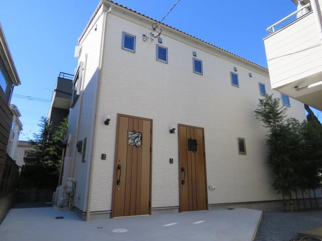 閑静な住宅街に佇む一軒家感覚のプロバンス風テラスハウス。新築ならではの充実の設備仕様!