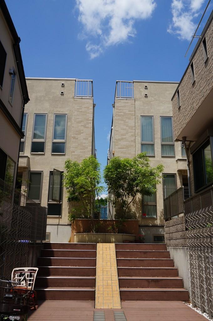 完成な住宅街にあるテラスハウス