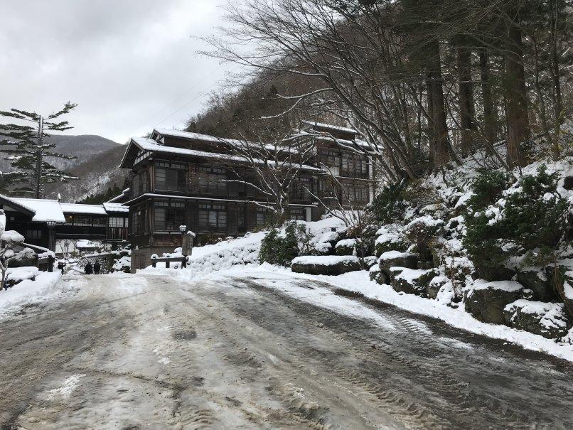 「温泉宿の初雪」by Shimojo