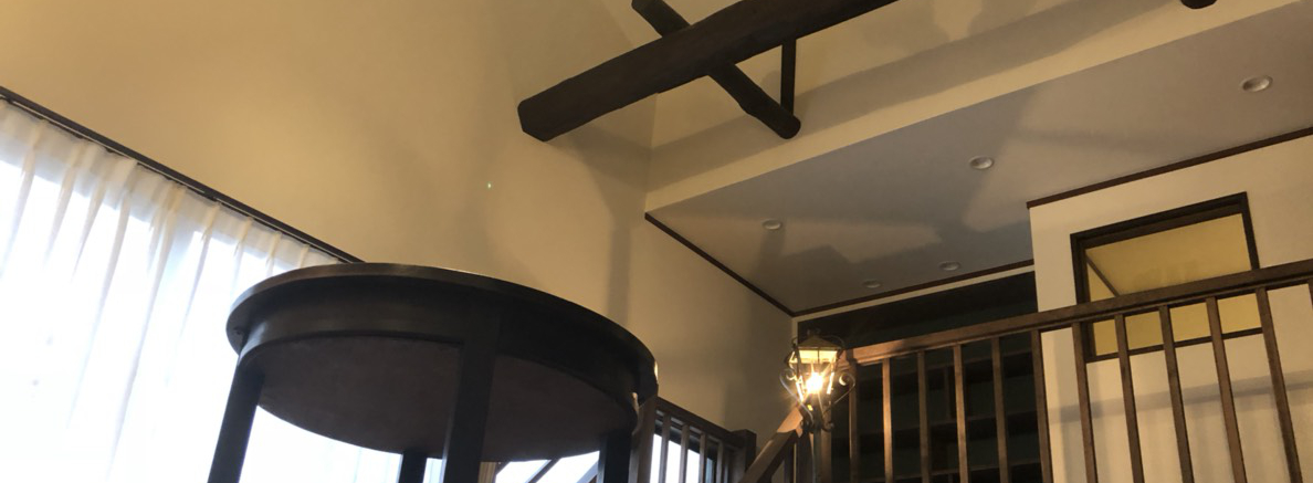 天井の梁のある家